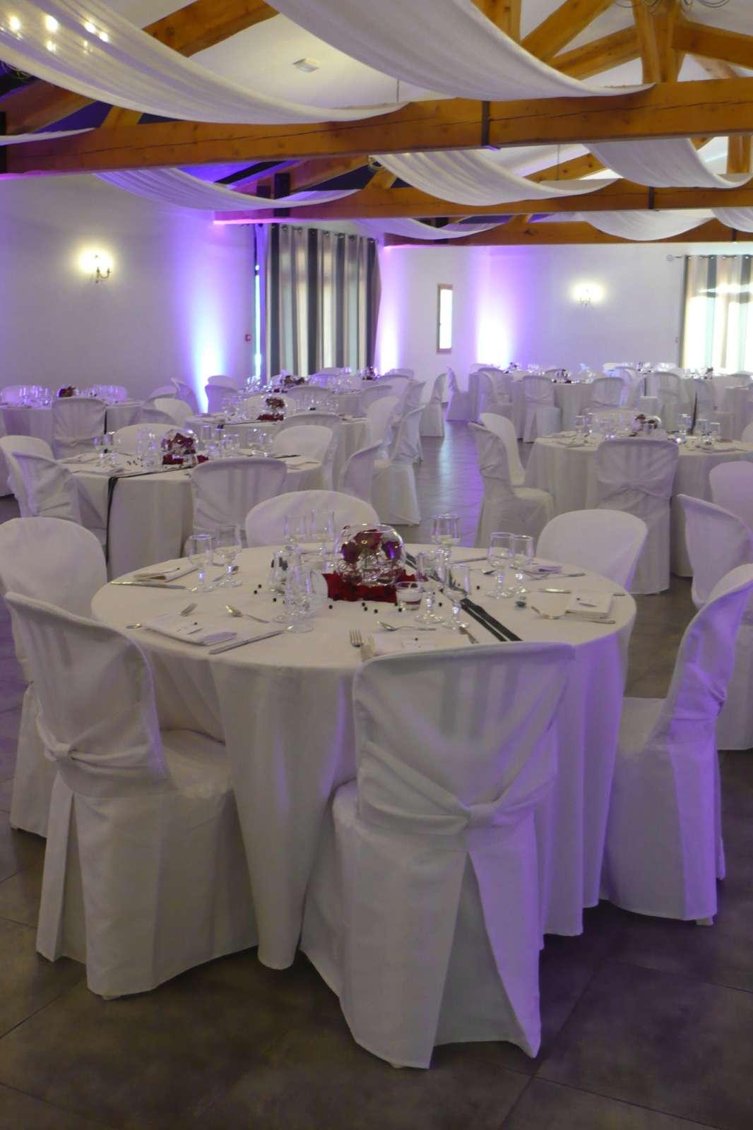 salle de r ception louer avec tables et chaises dans les alpilles salle de mariage saint. Black Bedroom Furniture Sets. Home Design Ideas