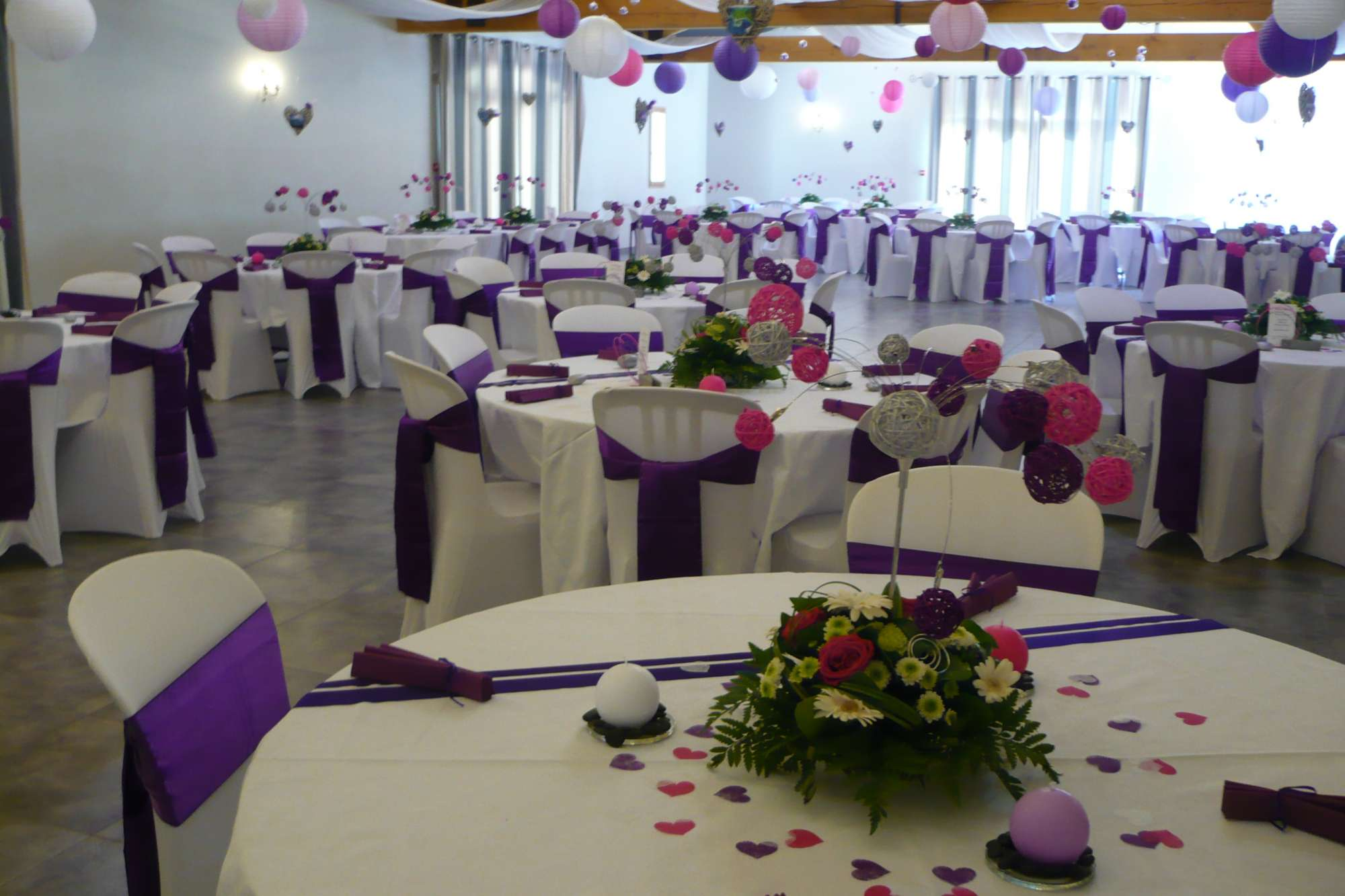Tables rondes et d co blanche ou color e pour un mariage for Decoration pour reception
