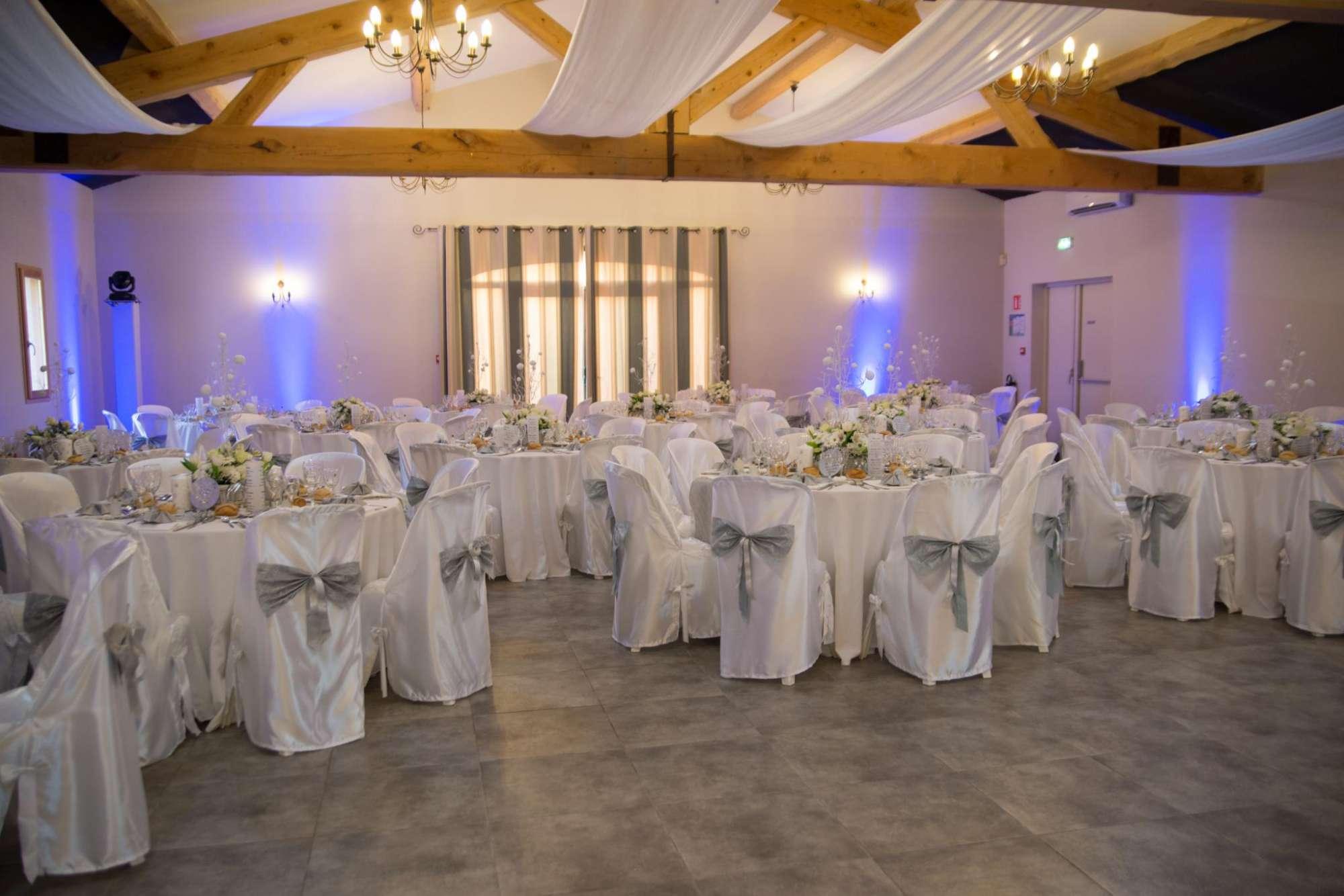Tables rondes et déco blanche ou colorée pour un mariage